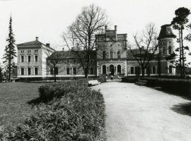 Porkuni mõisa peahoone, vaade. Foto Olev Kõll, 1980ndad. EAM Fk 8606, Eesti Arhitektuurimuuseum, http://www.muis.ee/museaalview/2635718.