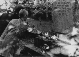 Foto: Tamsalu Keskkooli pioneerimaleva nõukogu esimees Margit Mäkler, komsomoli a-o sekretär Aivar Zarinš ja oktoobrilaste juht Kaire Lepajõe. H. Joonuks, 1975, Muinsuskaitseameti arhiiv.