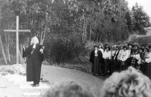 Pastor Madis Oviir õnnistamas ühishauda Vistlas Porkuni lahingpaigas, ERM Fk 2852:238, Eesti Rahva Muuseum, http://www.muis.ee/museaalview/611788.