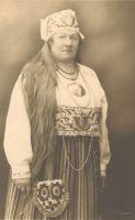 Mari Raamot - Naiskodukaitse esinaine, Foto: Parikas, 1927. AM F 28478, Eesti Ajaloomuuseum, http://www.muis.ee/museaalview/2362948.