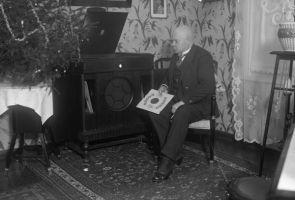 Aleksander Trilljärv (1871-1944)- koduses miljöös, näitleja, 1936., ETMM _ 4868 Fk 2784/kl, Eesti Teatri- ja Muusikamuuseum, http://www.muis.ee/museaalview/1886208