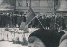 August Lillaka 70. sünniaastapäeva tähistamine Tapal, 11.01.1964. Leinamiiting mälestuskivi juures. RM F 530:6, Virumaa Muuseumid SA, http://www.muis.ee/museaalview/1810300.