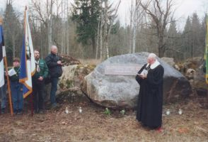 Kivi õnnistab EELK peapiiskop emeritus Kuno Pajula. Foto: autor? Rakke Muuseumi kogu.
