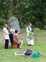 Simuna koguduse vaimulik Tauno Toompuu soovis, et see kivi oleks juureks, mis meid tugevamini oma kodupaiga külge kinnitab. Ainult sellisel moel saab sel kivil olla tõeline tähendus.