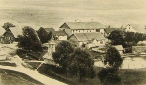 Fotol paremal koolimaja (musta katusega). Eesti Kirjandusmuuseum.