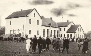 Väike-Maarja laulupäev 1929.a. Vaade peoplatsile rahvamaja õuel, taga rahvamaja. Fotograaf: Käbbi. RM F 59:4, SA Virumaa Muuseumid, http://www.muis.ee/museaalview/2104783.