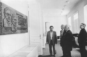 Kultuurimaja fuajees 1983. aasta suvel Boris Gavrosnki, Ülo Niisuke, Karl Vaino, H. Loite. Väike-Maarja muuseumi kogu.