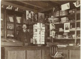 Jakob Liiv oma kaupluses, RM F 53:4, SA Virumaa Muuseumid, http://www.muis.ee/museaalview/2135768.