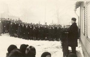 Mälestustahvli avamine Jakob Liivi majale. Kõneleb Märt Meos, taga seisavad õpilased ja pealtvaatajad. RM F 61, SA Virumaa Muuseumid, http://www.muis.ee/museaalview/2104817.