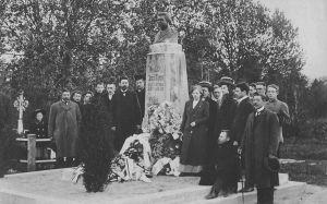 Ausamba avamine 24.5.1912. Paremal Jakob Liiv, vasakult teine Märt Meos. Väike-Maarja muuseumi kogu.