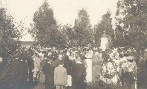 Väike-Maarja kihelkonnakooli 50. juubeli tähistamine, Jakob Tamme monumendi uue aluse avamine. Eesti Kirjandusmuuseumi kogu.