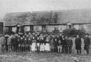 Kool aastal 1890, õpetajad Peeter Koit ja Mihkel Kampmann. Väike-Maarja muuseumi kogu.