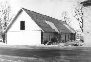 Endise kihelkonnakoolimaja taastamine peale 15.03.1984 toimunud tulekahju. Foto: 5.06.1985, Väike-Maarja muuseumi kogu.