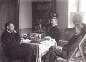 Õpetajad (vasakult) Andres Allast ja Märt Meos ja kirjanik Jakob Liiv õpetaja Allase korteris Väike-maarjas, umbes 1911. RM F 60, SA Virumaa Muuseumid, http://www.muis.ee/museaalview/2108131.