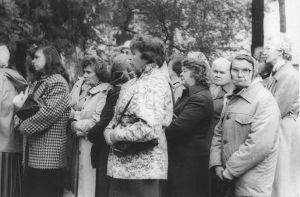 Mälestustahvli avamisel oli palju pealtvaatajaid. Väike-Maarja muuseumi kogu.