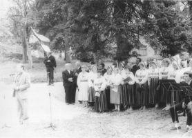 """Foto: Ülo Tähiste. Esineb Kiltsi-Rakke-Väike-Maarja ühendsegakoor """"Helin"""". Väike-Maarja muuseumi kogu."""