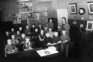 Ukse juures seisab õpetaja Juliane Melanie Peterson-Sikk (õpetaja aastatel 1919-1934). Karepa raamatukogu kogu.
