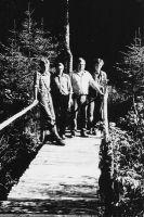 Sillal seisavad (vasakult) Arles Laigu, Arvi Rättel, Ants Laigu, Alar Laigu.
