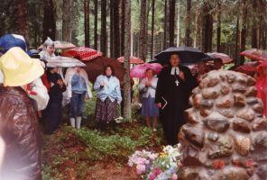 Monumendi õnnistab Kadrina kirikuõpetaja Illar Hallaste.