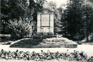 Võsu, mälestussammas nõukogude võimu eest langenutele, 1980. aastad. RM F 1329:20, SA Virumaa Muuseumid, http://www.muis.ee/museaalview/1421215.