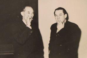 Kalamees Rudolf Sirge ja jahimees Osvald Tooming suitsu tegemas Eesti NSV Kirjanike Liidu IV kongressil, 1958. Eesti Kirjandusmuuseumi kogu.