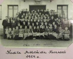 Foto: Kadila ajalootuba. Kadila kooli pere 1954.