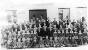 Foto: Kadila ajalootuba. Kadila kooli pere 1940. Keskel õpetajad Tamm, Rebane ja Ots.