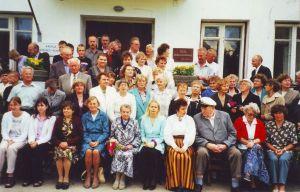 Foto: Kadila ajalootuba. Vilistlaste kokkutulek 5. augustil 2000.
