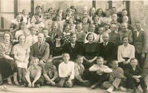 Viru-Jaagupi, Vinni-Pajusti ja Kulina Algkoolide lõpetajad ja õpetajad, 30.05.1937. Teises reas istuvad õpetajad: paremalt esimene Viru-Jaagupi kooli õpetaja L. Rünkla, Kulina Algkooli juhataja Hans Kuriks, V-Jaagupi Algkooli õpetaja H. Püss, Viru-Jaagupi Algkooli direktor Voldemar Raud, Viru-Jaagupi kooli õpetaja I. Soone, Vinni-Pajusti Algkooli direktor Moosar, Vinni-Pajusti õpetaja M. Falk-Pank ja Kulina Algkooli õpetaja L. Vaigur. RM F 182, SA Virumaa Muuseumid, http://www.muis.ee/museaalview/1957533.
