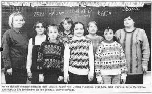 """Foto: Kalev Lilleorg. Kooli viimased lõpetajad koos õpetaja ja koolijuhatajaga, """"Virumaa Teataja"""" 1.06.1999."""