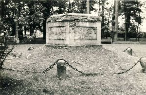 Hävinenud mälestussamba alus Mõdrikul, RM F 783:17, SA Virumaa Muuseumid, http://www.muis.ee/museaalview/1722900.