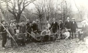 Direktor Arnold Mooser poistega sügisesel aiatööl. Foto: ???
