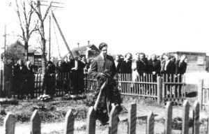 Üks vennashaudadest, kust toimus siia ümbermatmine, asus Roela keskuses. Taimo Uuetalu asetab pärja vennashauale.