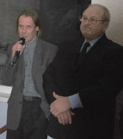 Kõneleb bareljeefi autor Kuldar Moor, kõrval seisab Vinni vallavanem Toomas Väinaste. Foto: Hilje Pakkanen