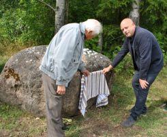 Foto: Hilje Pakkanen. Kivilt eemaldasid katte Vinni vallavanem Rauno Võrno ja kohalik koduloouurija August Kondoja.