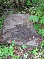 Kas see on Johannes Kallaste ümberlükatud hauaplaat (Rakveres Lilleoru tee ääres asuval kalmistul)? Foto: Heiki Koov, juuni 2010.