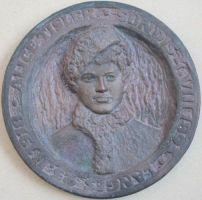 Skulptor Endel Taniloo valmistatud Alice Tisleri pronksbareljeef. Läbimõõt 17 cm, paksus 2,5 cm. Tartu, 1970. SM _ 10385:19 Ks, Saaremaa Muuseum SA, http://www.muis.ee/museaalview/300386.