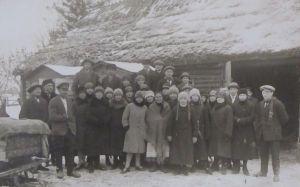 Vasakult kolmas Jüri vend Joosep koos külalistega. 1927, Eesti Kirjandusmuuseumi kogu.