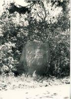 Algselt paigutati kivi teele liiga lähedale. Kuna tee oli sageli porine, siis määrisid suured autod siit mööda sõites kivi ära. Nii otsustati .........aastal kivi teest kaugemale viia, RM F 1029:23, SA Virumaa Muuseumid, http://www.muis.ee/museaalview/1599879.